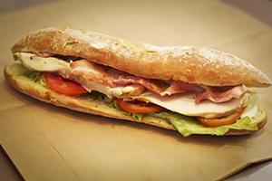 sandwich-poulet-bacon-sandwich-poulet-bacon-plat.jpg
