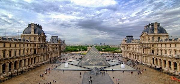 louvre_museum_courtyard.jpg