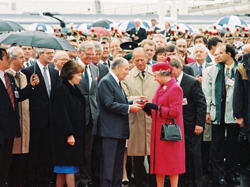 img_presse_eurostar_inauguration_tunnel_fournier_mitterand_elisabeth_ii_06_mai_1994_sncf_mediatheque_romain_baltz_0.jpg