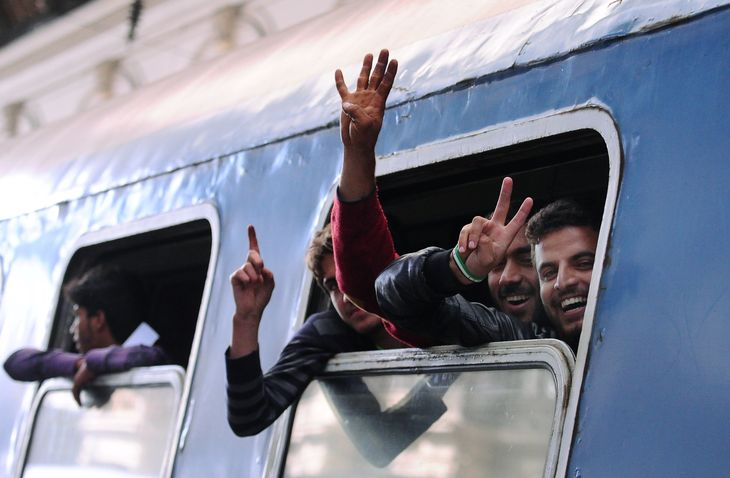 4747335_6_2e41_la-joie-de-migrants-au-depart-du-train-de_33a4a6b4e8fdde8ca1e16b2bf654a0e6.jpg